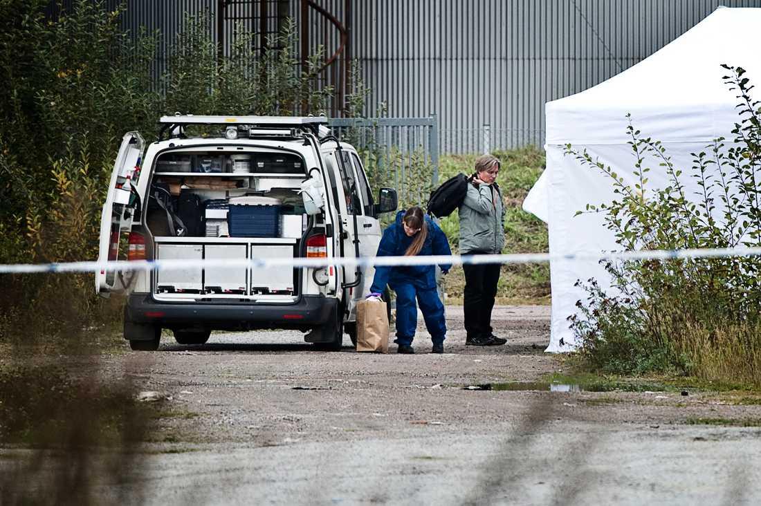 Mannen är dömd för mord och vårdas på rättspsykiatrin i Sala. Polisens tekniker undersöker här mordplatsen