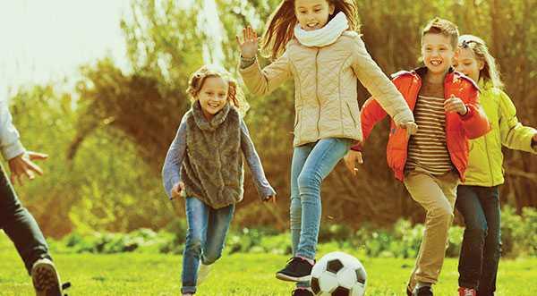 Kroppen är skapt för varierad, hård träning. I små doser och under lekfulla former utan press från vuxna är det roligt att tävla och lärorikt att förlora, skriver debattörerna.