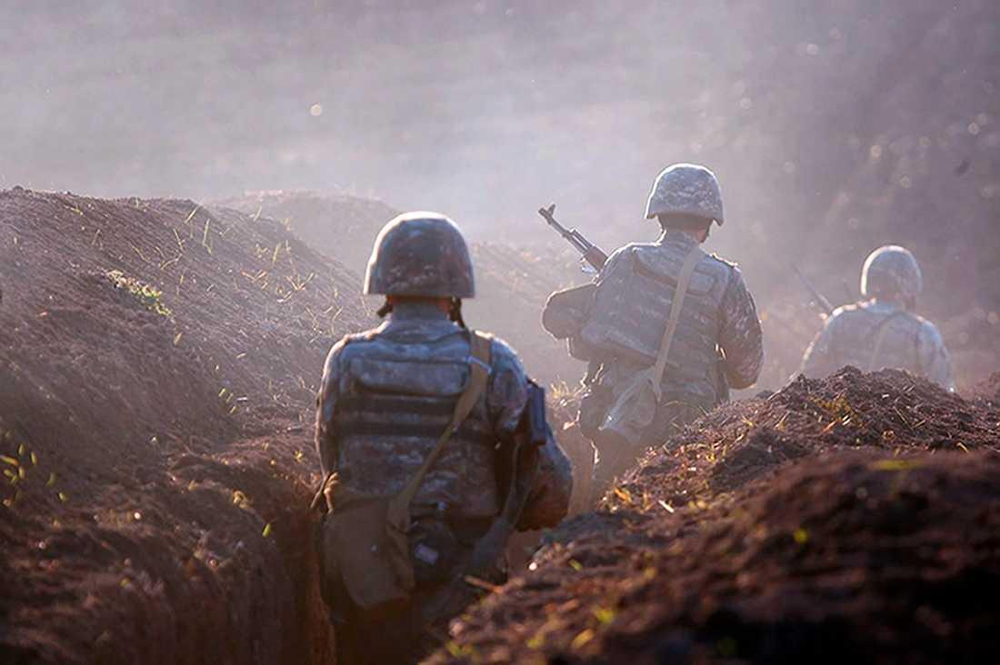 En bild från det armeniska försvarsdepartementet visar soldater i en skyttegrav i Tavush, vid gränsen mot Azerbajdzjan, den 14 juli.