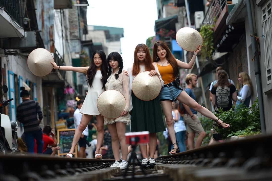 Det populära järnvägsspåret i Old Quarter i Hanoi drar till sig selfie-lovers.