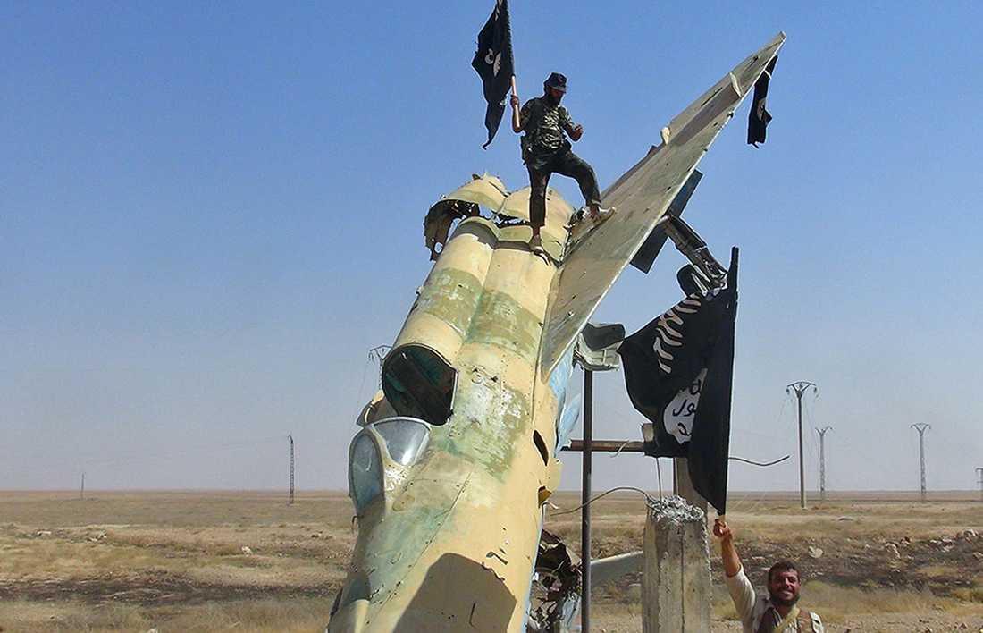 IS-terrorister utanför Raqqa i Syrien.