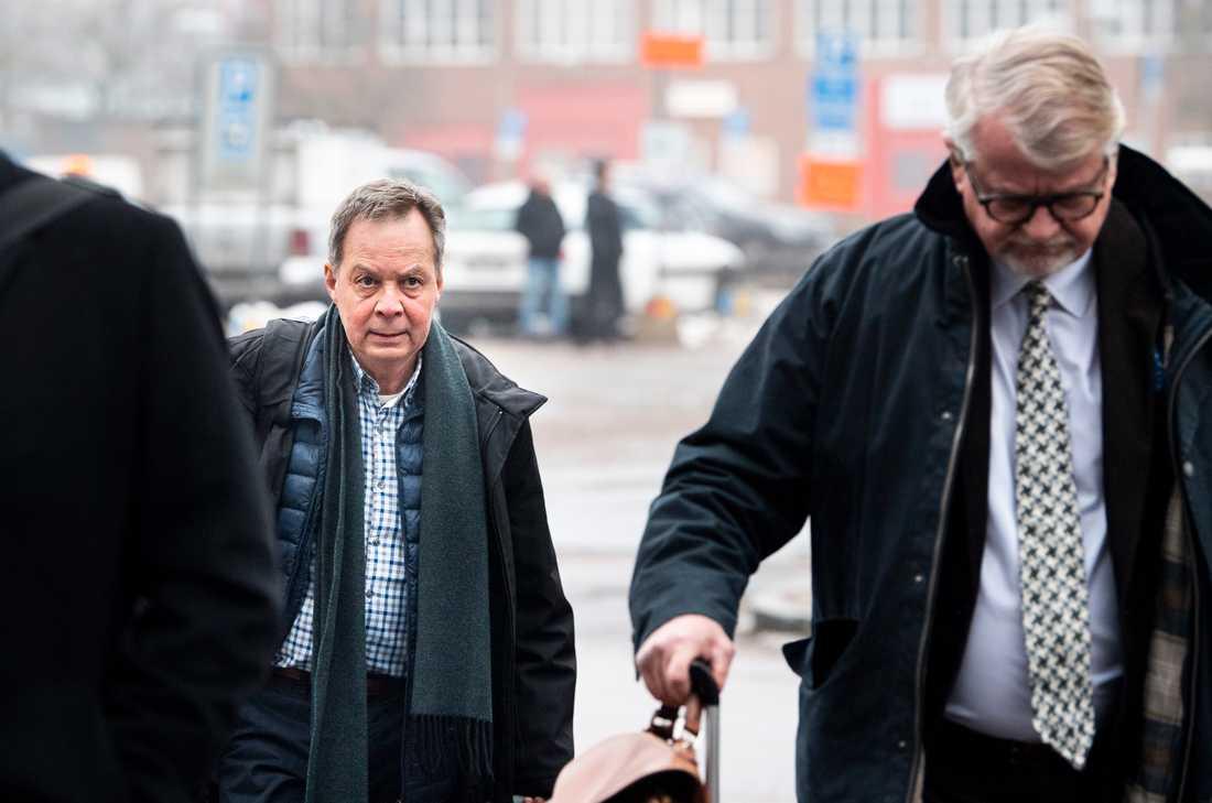 Karl Hedin anländer till Västmanlands tingsrätt i Västerås under den första förhandlingsdagen i måndags. Förhandlingen fortsatte under tisdagen.