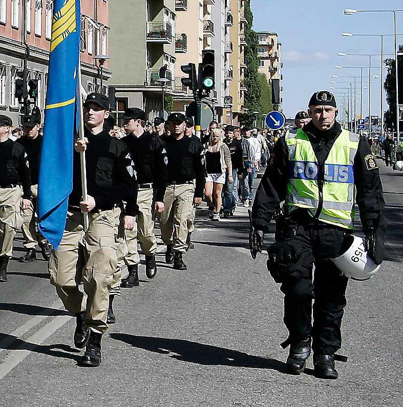 """""""Våra skattepengar går till enorma polisinsatser för att eskortera nazister – men själva får vi varken skydd eller rättvisa"""", skriver Henrik Arnstad. Foto: Peter Kjellerås"""
