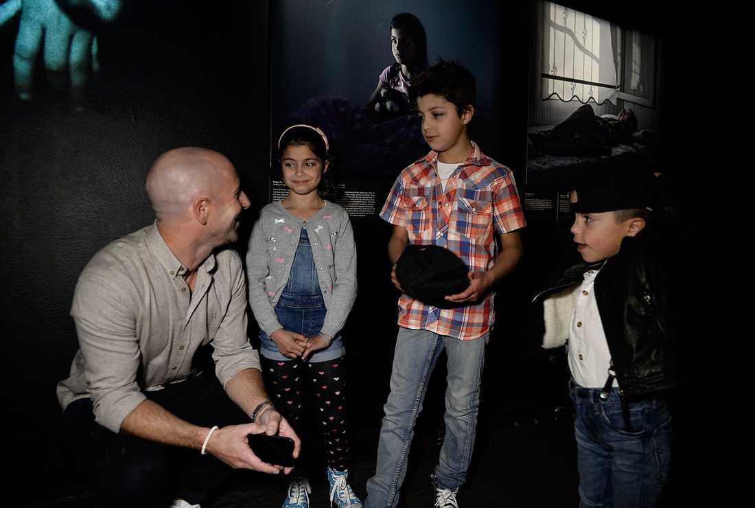 """Aftonbladets fotograf Magnus Wennman blev mycket rörd över att träffa Fatima, 9, och hennes bröder Abdullatif, 11, och Hamza, 6. """"Vad glad jag är att se er!"""". Fatima är med på en av bilderna på utställningen."""
