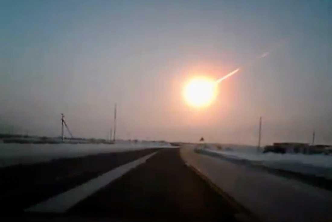 """Bild från en såkallad """"dashcam"""" som sitter placerad längst fram i en bil. Här syns meteoriten strax innan nedslaget i Tjeljabinsk."""