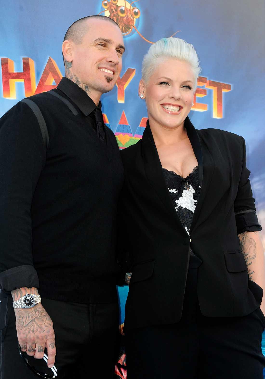Pinks make Corey Hart är beredd att ta till vapen för att skydda parets ägodelar.