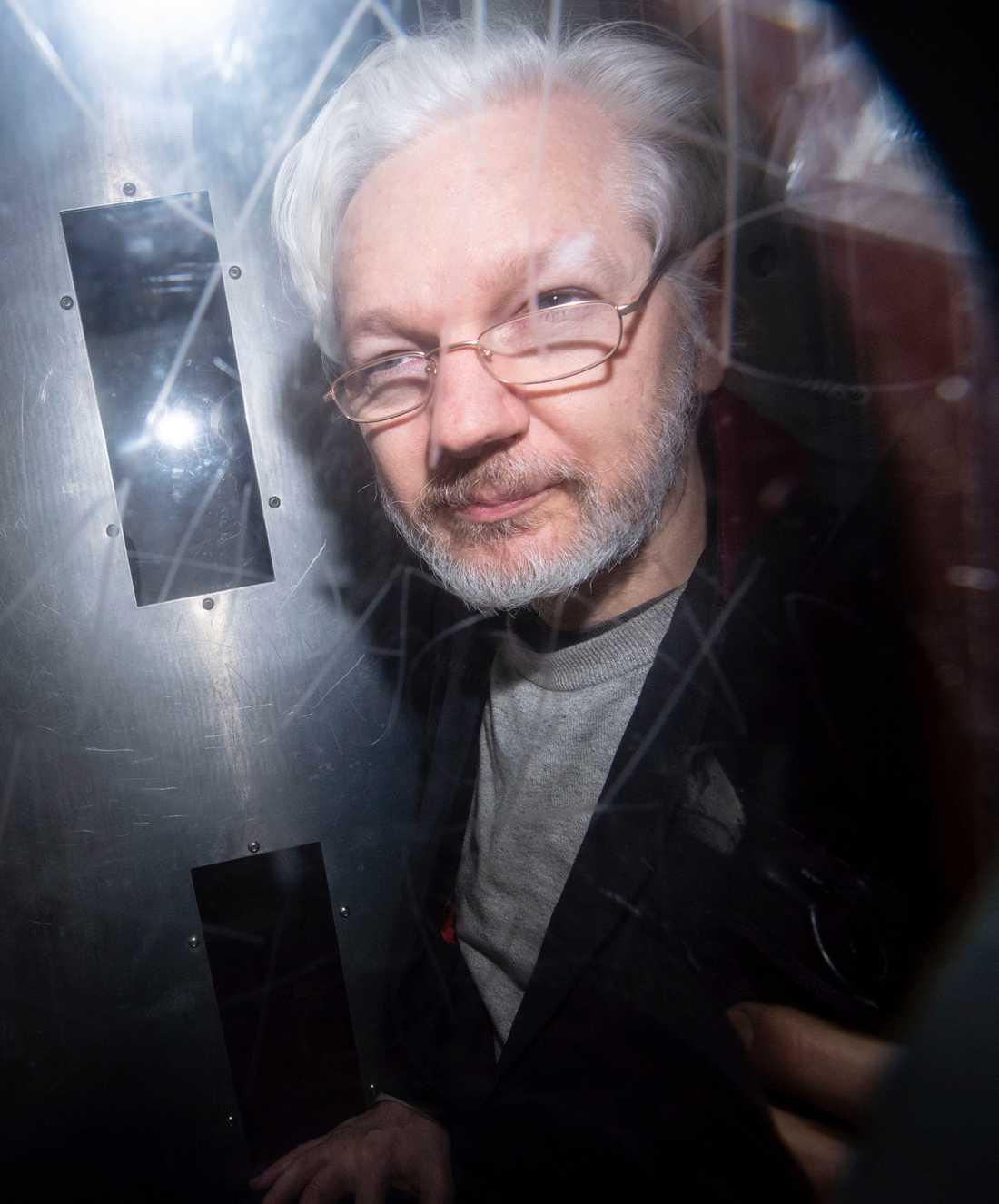 Julian Assange på väg i en fångtransport från en domstol i London där han hörts i utlämningsärendet som USA driver mot Wikileaksgrundaren.