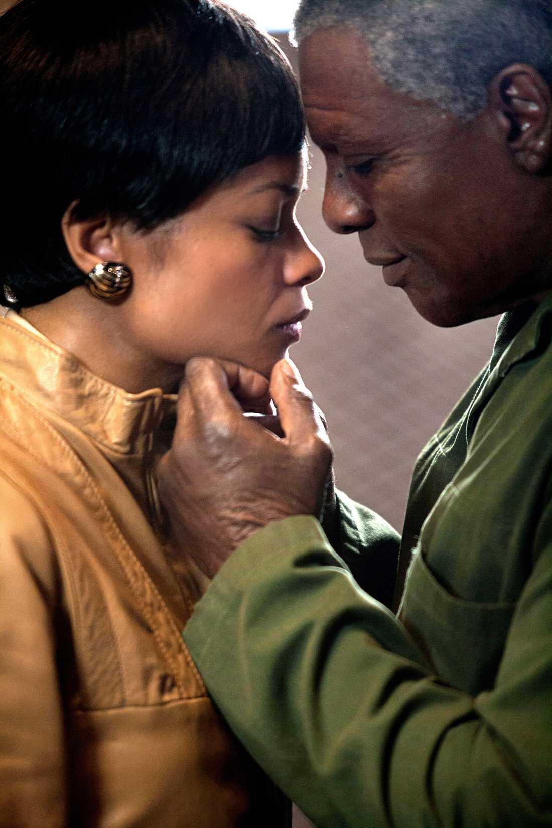 """Idris Elba som Nelson Mandela i filmen """"Mandela –vägen till frihet"""". Winnie Mandela spelades av Naomie Harris."""