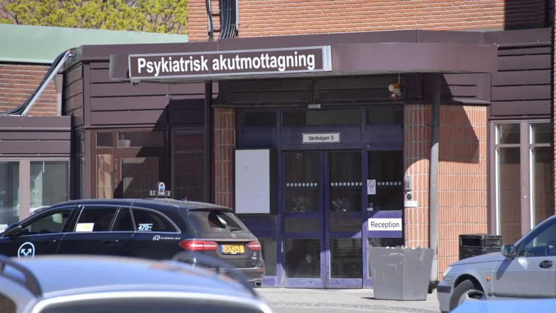 Psykiatriskötaren säger i förhör att han följde order från en sjuksköterska när han bröt sjukhusets riktlinjer och genomförde en kroppsvisitation ensam.