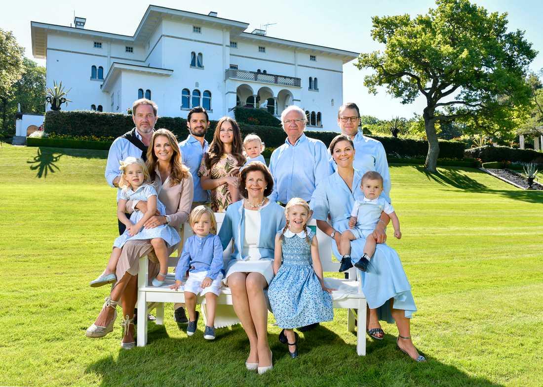 Kungafamiljen på Sollidens slott på Öland sommaren 2017. Bredvid drottningen sitter prins Nicolas och prinsessan Estelle. Arkivbild.