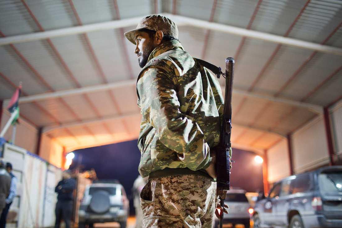 En libysk soldat vaktar infarten till en stad. Bilden är tagen av fotografen Mohamed Ben Khalifa, som dödades i Libyen i januari. Arkivbild.
