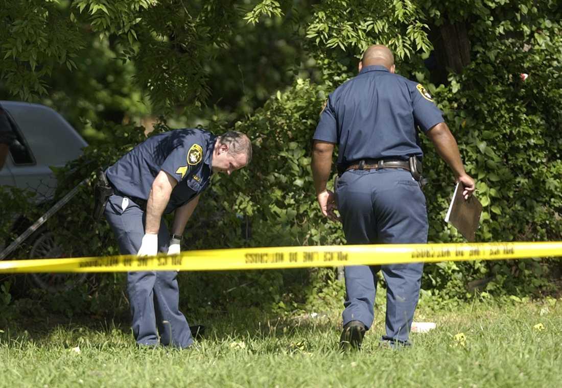 Poliser vid brottsplatsen där tre poliser dödades i Alabama 2004. Arkivbild.