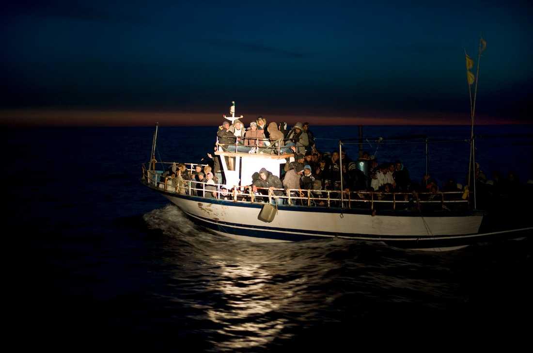 En båt överfull med flyktingar från Nordafrika upptäcks av italiensk kustbevakning utanför ön Lampedusa.