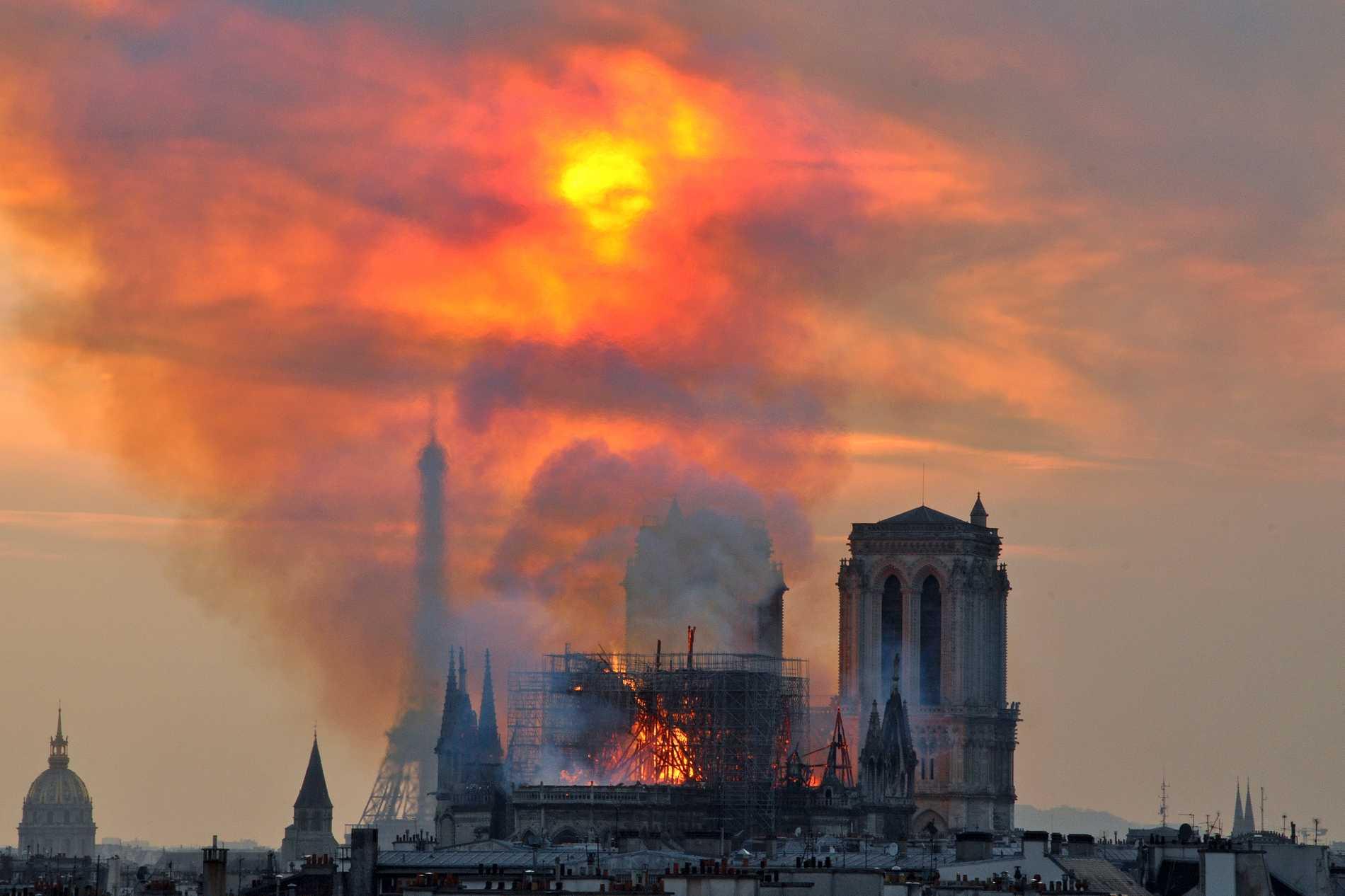 Tv-serien ska handla om branden i Notre-Dame i april i år. Arkivbild.