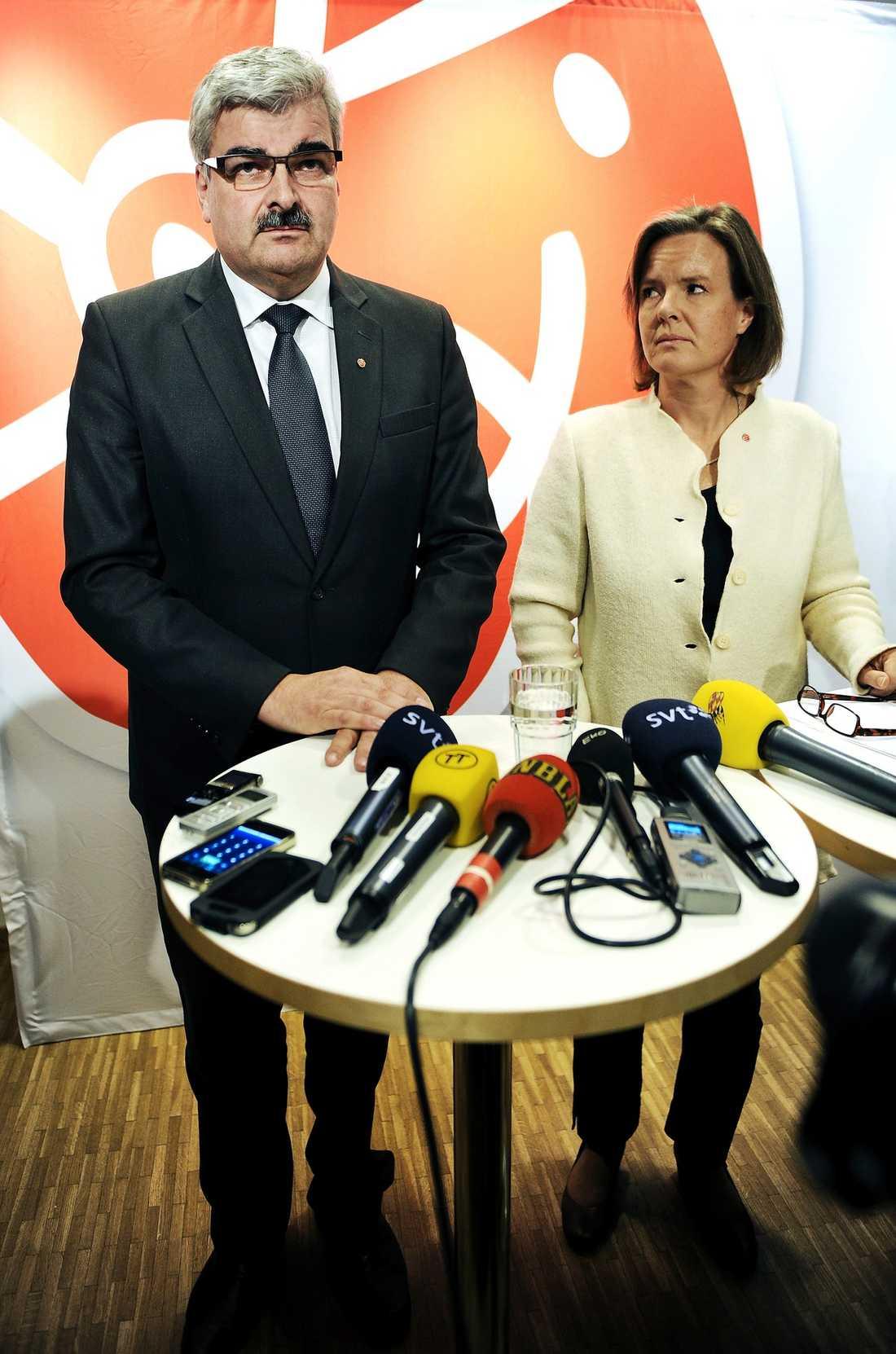 Träffades bakom hans rygg Förtroendet för Håkan Juholt var så lågt efter kaosveckan i oktober att flera S-toppar samlades, i en grupp ledd av partisekreteraren Carin Jämtin, för att planera hans avgång.