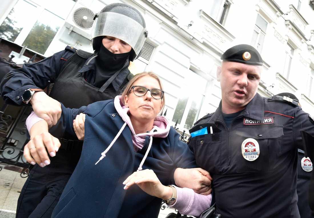Polisen frihetsberövar aktivisten och juristen Ljubov Sobol.