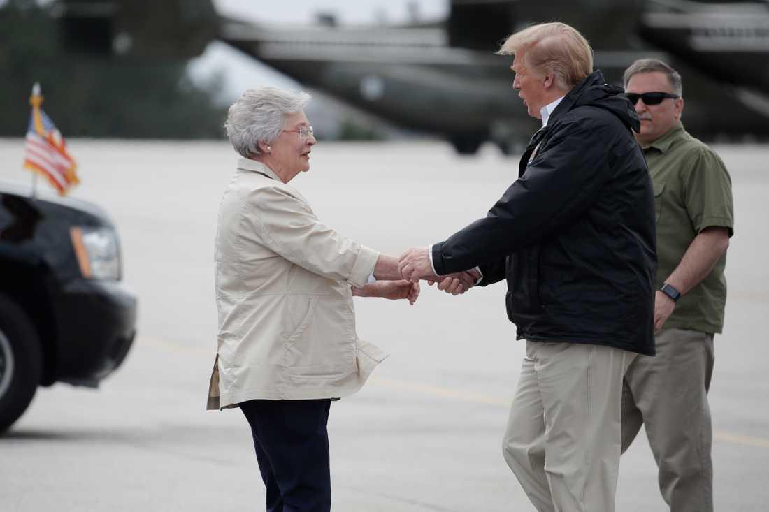 Guvernören Kay Ivey skakar hand med USA:s president Donald Trump, när han besökte delstaten.