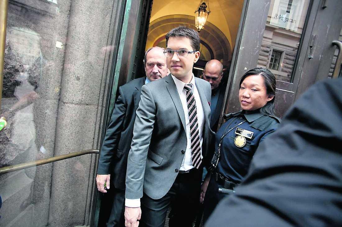 Anländer till nya arbetsplatsen i Riksdagshuset.