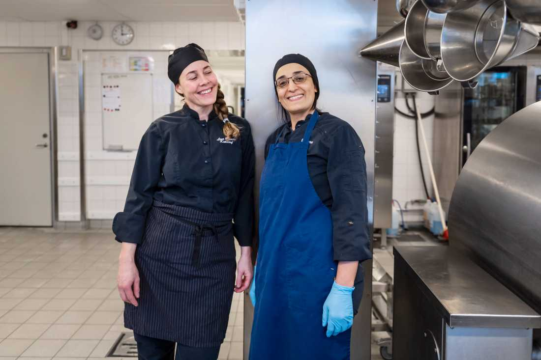 Kökschef Lina Bianchi och skolkock Bouchra Mrayah lägger ner mycket tid för att alla ska få sina behov tillgodosedda.