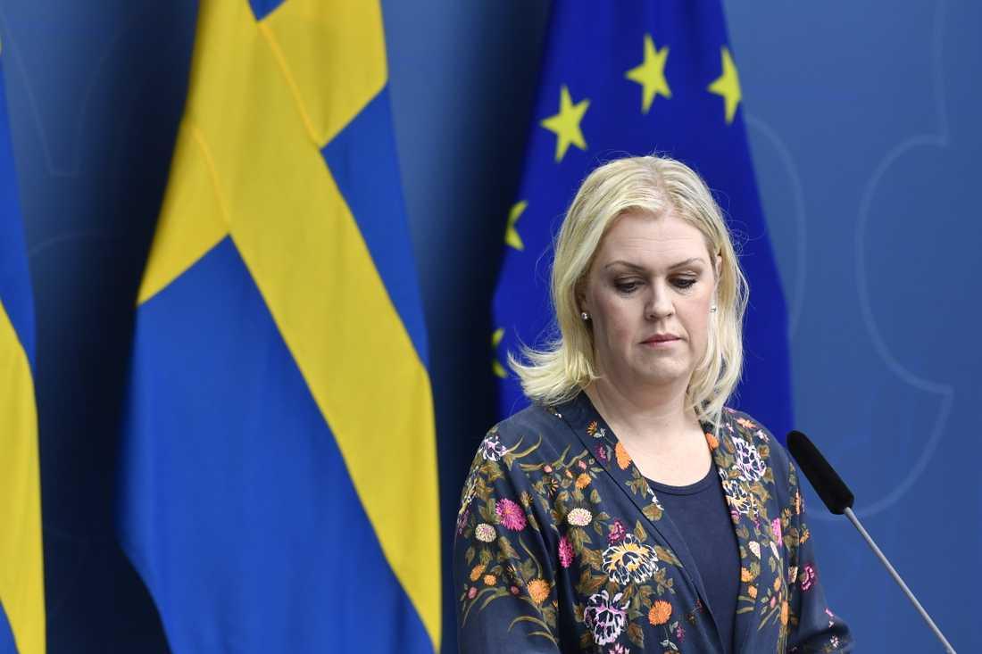 Socialminister Lena Hallengren (S) säger att vaccin inte bara ligger och väntar som man kan ringa och beställa. Arkivbild.