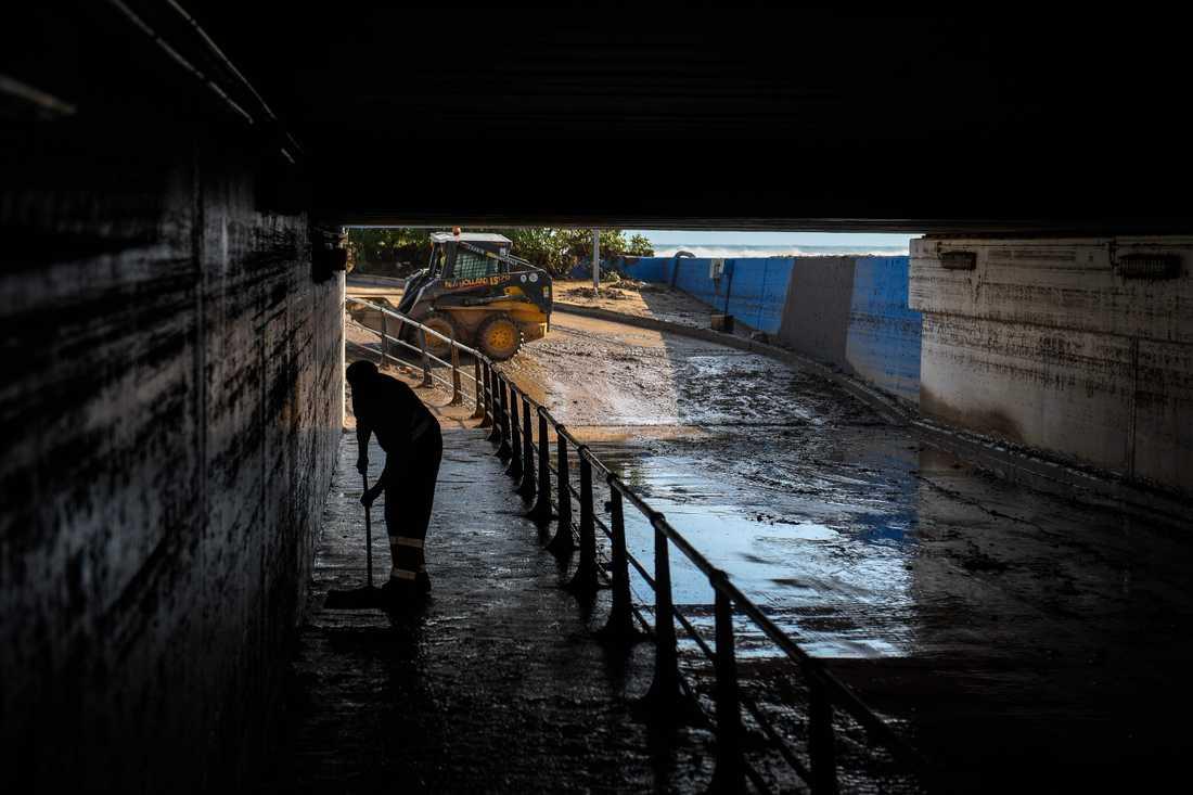 Kraftigt regnande har orsakat översvämningar i nordöstra Spanien och södra Frankrike. Här en bild från Arenys de Mar omkring fyra mil nordost om Barcelona i Spanien.