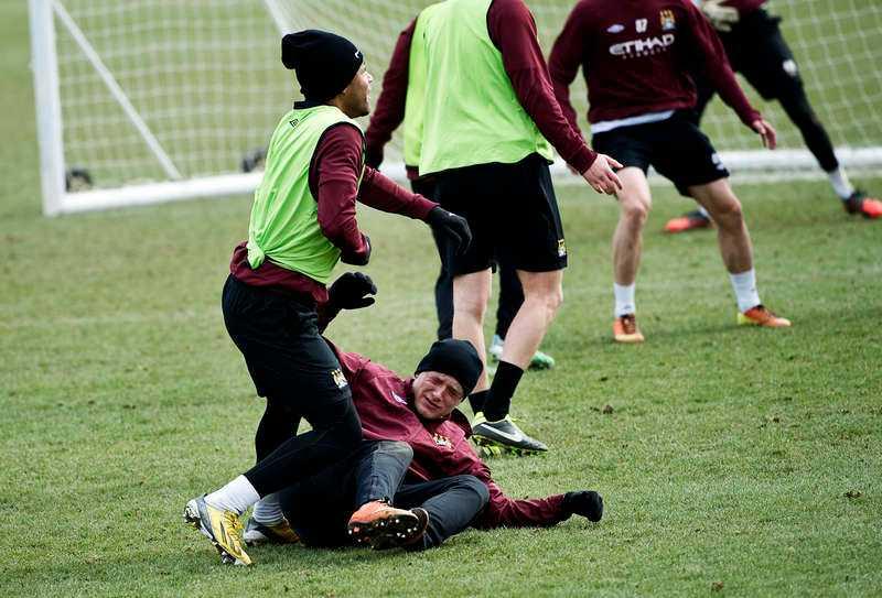 När Sportbladet under våren 2013 var i Manchester tränade John Guidetti inte med Carlos Tevez, David Silva, Samir Nasri och de andra i a-truppen  – utan på en plan intill med U21-laget.
