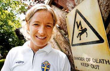 BEREDD PÅ DET VÄRSTA Victoria Svensson är inställd på en tuff match med hårt spel när Sverige möter England. Sveriges anfallsstjärna beskriver det engelska landslaget som hårt, fysiskt - och fult.