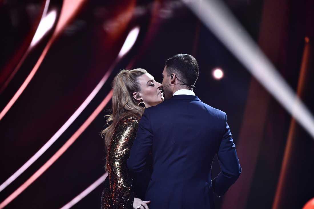 Sarah Dawn Finer passar på att stjäla en kyss av Eric Saade i finalen av Melodifestivalen 2019.