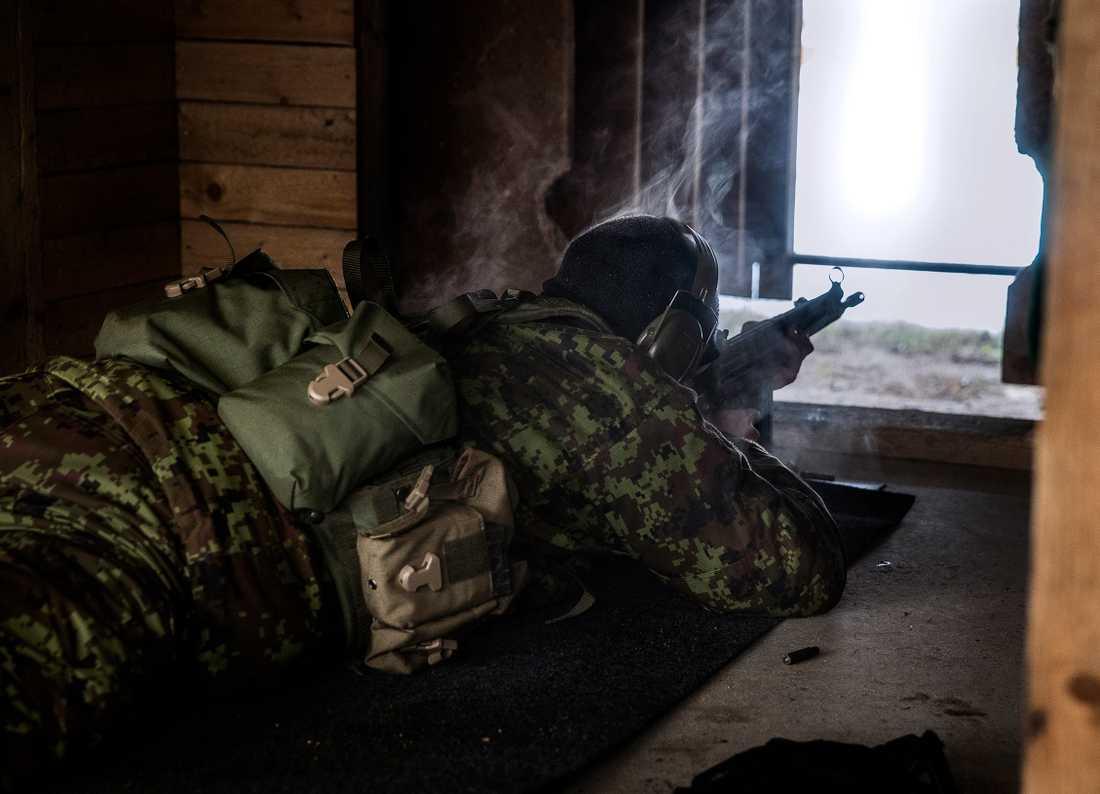 Till skillnad från den vanliga armén behöver de frivilliga aldrig mobiliseras. Hur många vapen som spritts ut i Estland är hemligt.