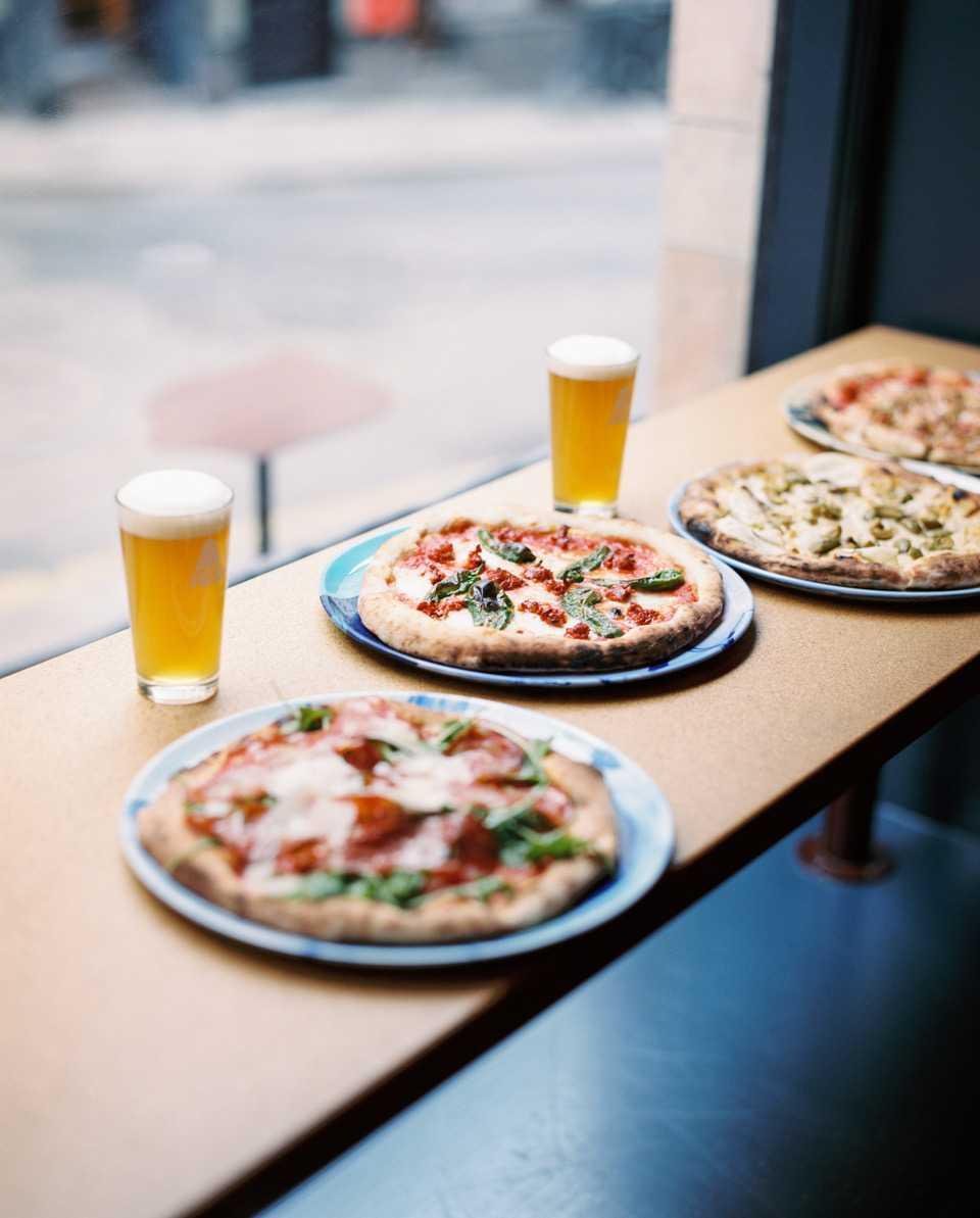 Belägen på Södermalm i Stockholm erbjuds öl i unika smaker och pizza