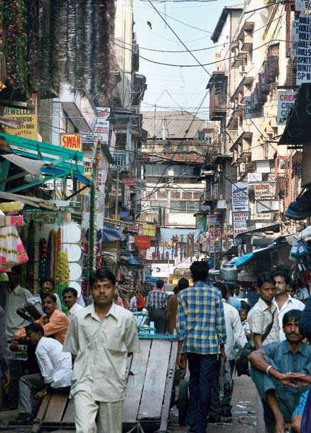 Det är trångt i Bombays främsta marknadskvarter. Butikerna är ordnade efter det slags varor de säljer. Här är det glitter, girlanger och presentpapper som gäller – varor som står i bjärt kontrast till den smutsiga gatan utanför.