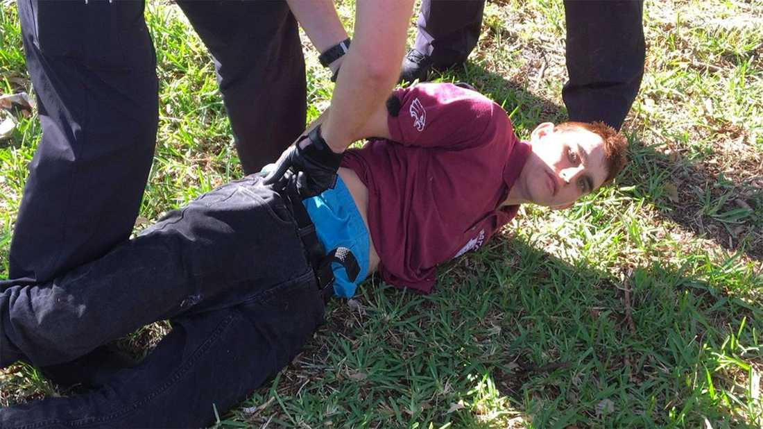 Här grips Nikolas Cruz, 19, efter skolskjutningen.
