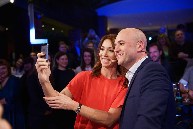 KÖR PARTILEDARDEBATT ONLINE Sent i går kväll blev det klart att Aftonbladet TV direktsänder en partiledardebatt online i höst. På bilden programledaren Karin Magnusson och statsminister Fredrik Reinfeldt när han gästade Partiprogrammet i februari 2014.