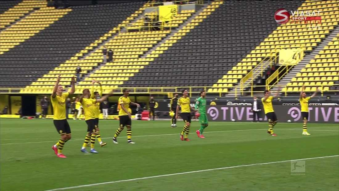 Dortmund-spelarna framför Gula väggen