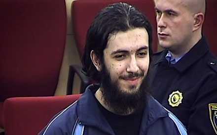 skrek Gud är stor Svenske Mirsad Bektasevic dömdes i går till 15 år och 4 månaders fängelse för terrorbrott. Enligt åklagaren planerade svensken och hans terrorcell att genomföra en självmordsattack. Bektasevic nekar till anklagelserna.
