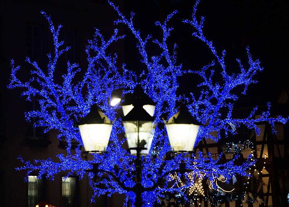 Juldekorationer pryder gatorna i Strasbourg i östra Frankrike.