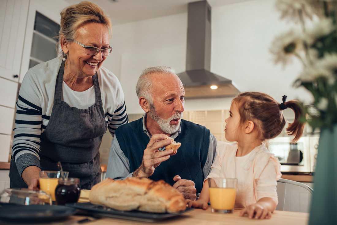 Det finns flera sätt att få mer pengar i plånboken efter att man har gått i pension. Att ha koll på sina försäkringar och att välja livslång tjänstepension är bara några av knepen.