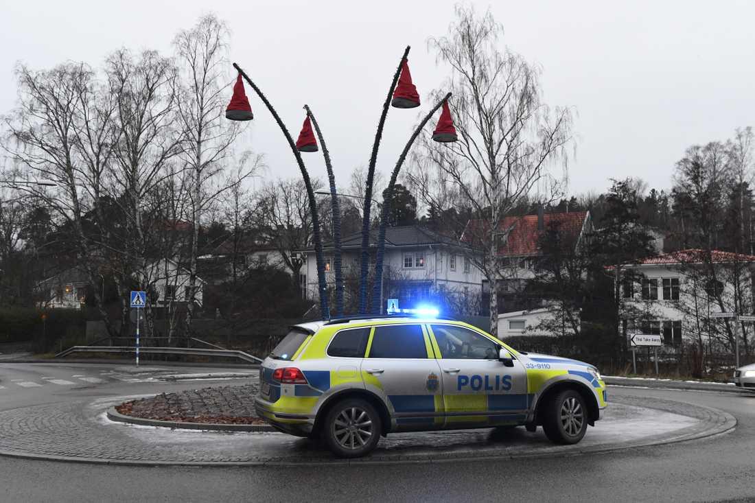 En person blev i dag rånad i sin bostad Danderyd, norr om Stockholm. Polisen har just nu en pågående insats i området och letar efter gärningsmannen.