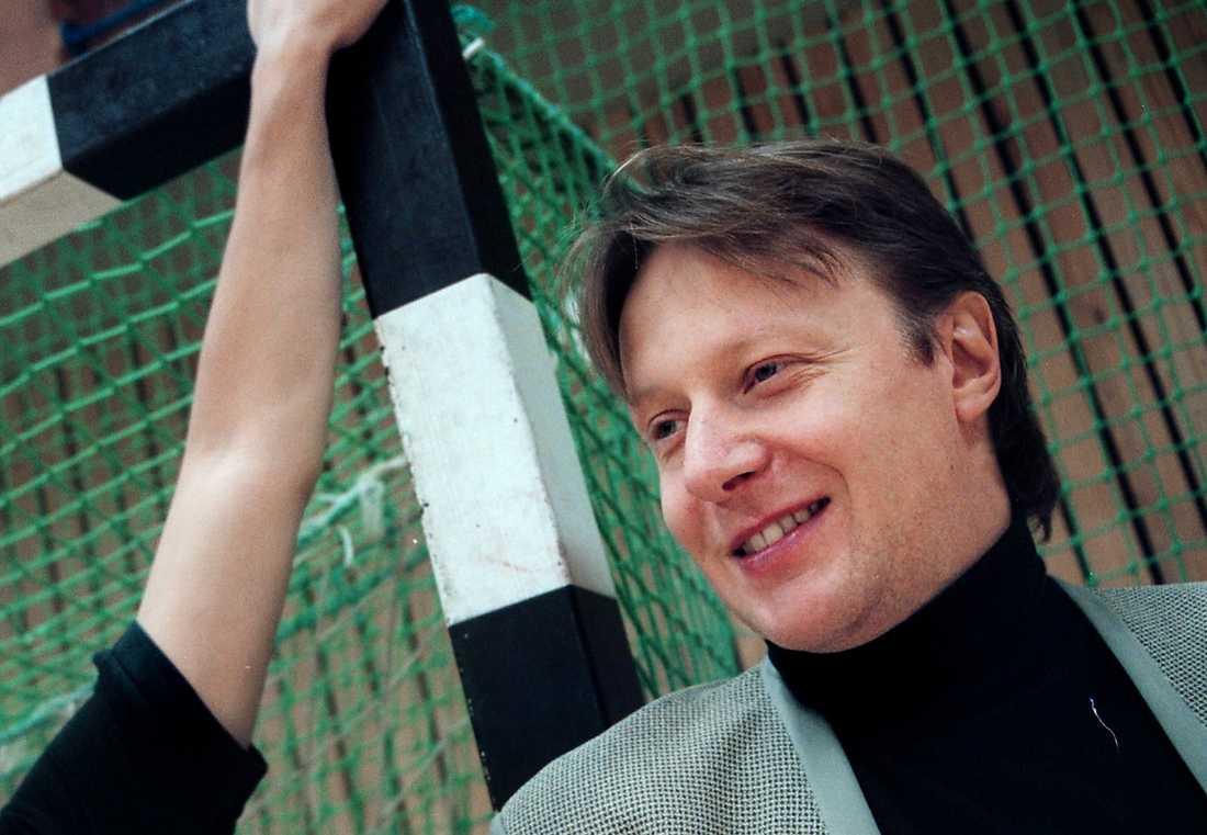 """Ångerfull Ulf Mohlin Fagerström har bett om ursäkt för sitt inlägg om Swingfly, men handbollsklubben plockar ändå bort honom från tjänsten. """"Vi kunde inte ha honom kvar som vårt ansikte utåt"""", säger Bo Uddenäs, ordförande."""