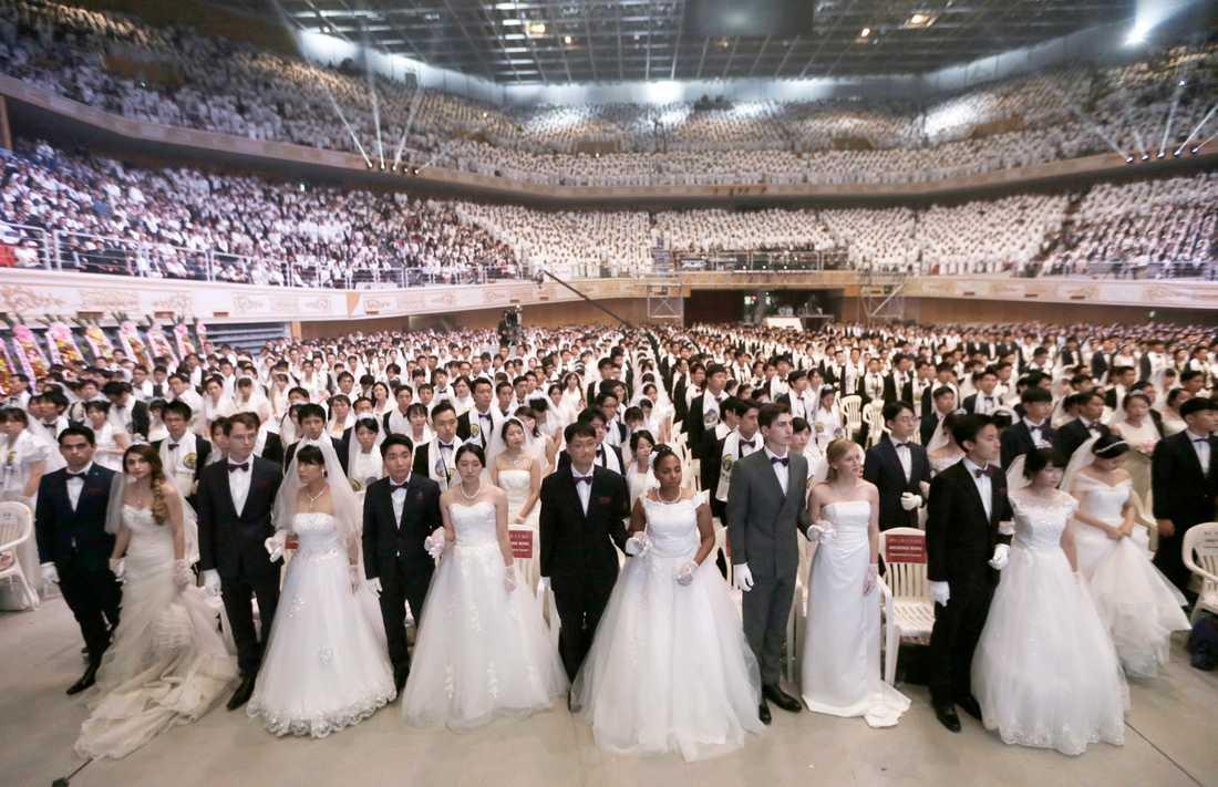 Ett massbröllop med människor från hela världen arrangerat av sekten Moon-rörelsen. Ledaren bestämmer vilka som ska gifta sig med varandra. Arkivbild.