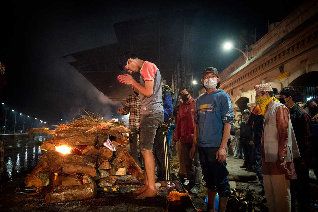Tanar, 17 ser sin pappa dras fram ur rasmassorna för att sedan begrava honom på buddhistiskt vis.