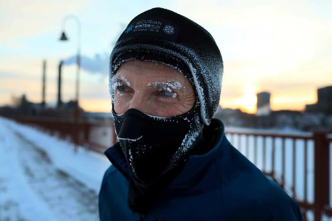 Joggaren Evan Roberts trotsar kylan i Minneapolis, huvudstad i delstaten Minnesota där riktigt kall polarluft nu drar in.