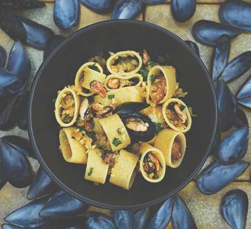Fina musslor med pasta och krämig blandning.