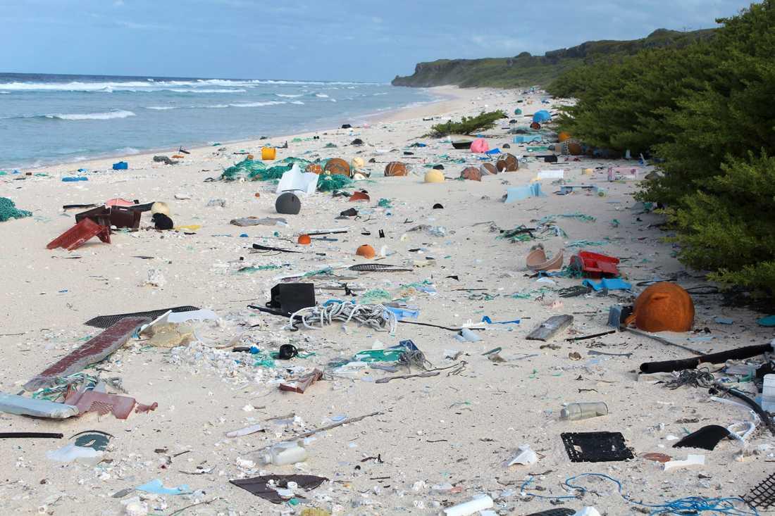 Miljöorganisationer hyser tvivel om olje- och plastindustrins initiativ för att minska plastavfallet. Här är plast som flutit i land på ön Henderson Island, mitt i Stilla havet. Arkivbild från 2015.