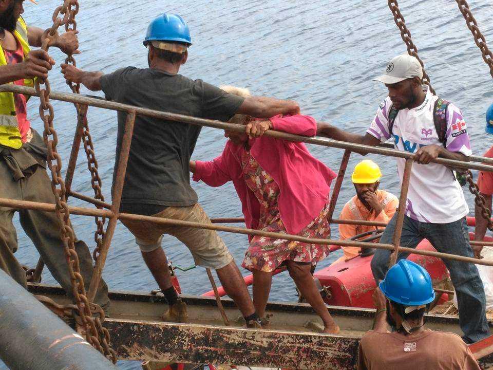 Boende på ön Ambae får hjälp att lämna ön i september vid det förra vulkanutbrottet. Arkivbild.