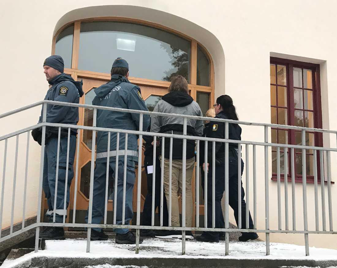Misstänkte 22-åringen förs in i tingsrätten