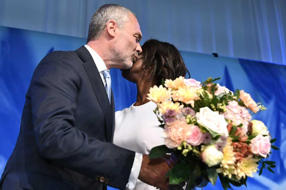 Nyamko Sabuni gratuleras av Jan Björklund.