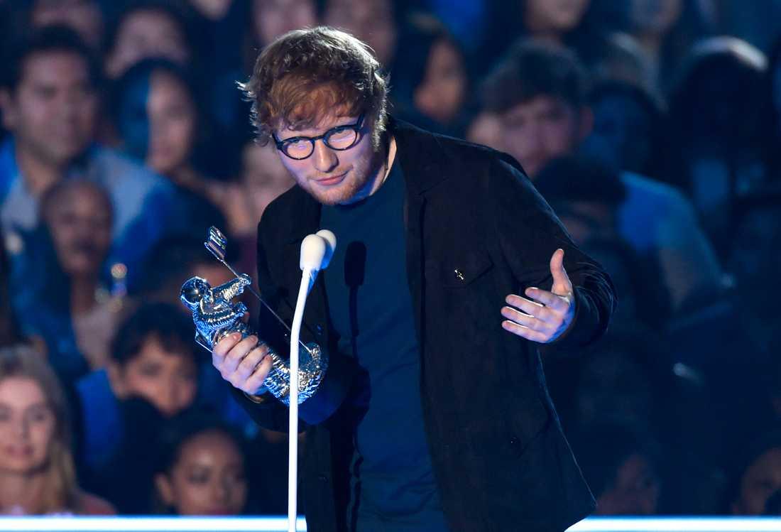 Ed Sheeran tog emot pris för bästa artist.