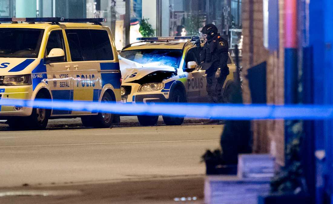 Polisens bomdtekniker undersöker den polisbil som stod parkerad utanför ett polishus på Sallerupsvägen i Malmö har utsatts för någon form av sprängning.