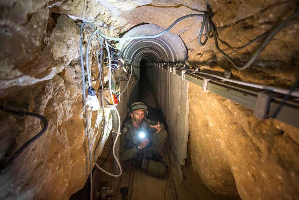 Underjordiska tunnlar som Hamas sägs använda för att ta sig in i Israel och attackera civilbefolkningen är en av anledningarna bakom Israels attacker. Här visar en israelisk soldat en av Hamas påstådda tunnlar.